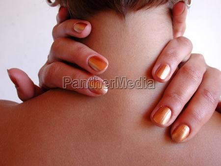 palec podroze palcem na szyje