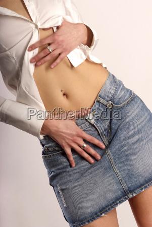 kobieta womane baba palec trzymac brzuch