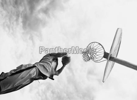 czlowiek gra w koszykowke