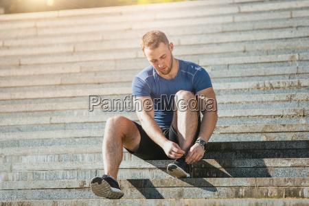 fit czlowiek robi cwiczenia na swiezym