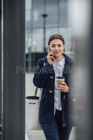 businesswoman idzie do pracy
